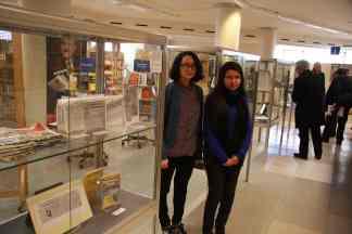 """Zwei der Teilnehmerinnen des Projektseminars """"Archiv - Museum - Ausstellung. Zum deutsch-türkischen Kulturtransfer praxisnah"""", Fan Chen und Imane Mellouk"""
