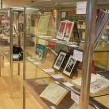 Eine Übersicht über einen Teil der Ausstellung im unteren Teil der Stadtbibliothek