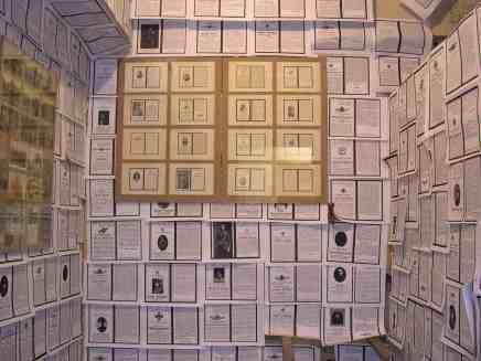 Das Stadtarchiv Düsseldorf bewahrt eine große Sammlung Totenzettel von Gefallenen aus den Jahren 1914-1918, Kopien wurden an die Wände einer Zelle der Bunkerkirche gehängt.