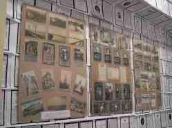Zu den unzähligen Totenzetteln gehören unzählige Postkarten, auf die die Soldaten von der Front Sehnsuchts- und Alltagsbotschaften in die Heimat schrieben