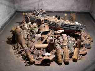 An der Somme befinden sich auf den ehemaligen Schützengräben heute Felder, beim Bestellen holen die Bauern noch immer massenweise Metall und Besitztümer der Soldaten aus dem Boden. Der Künstler Yong-Chang Chung schuf aus den Gegenständen ein Kunstwerk für die Ausstellung im Kunstort Bunkerkirche.